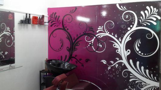 Sugestão de salão de beleza moderno com papel de parede