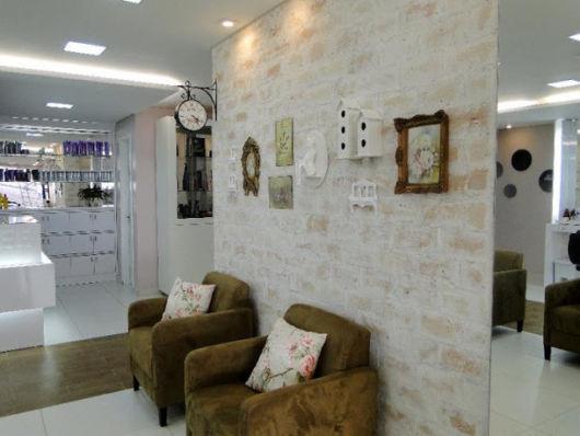 Salão de beleza pequeno decorado com papel de parede vintage