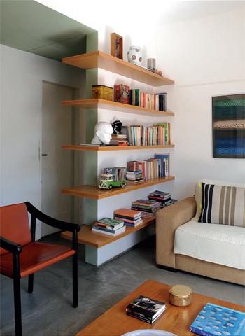 prateleira de livros na sala