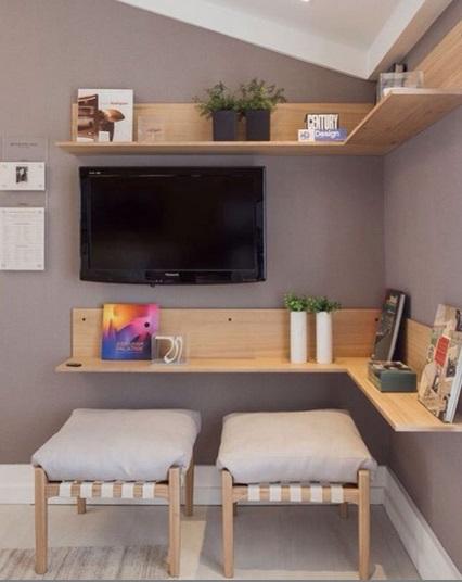 sala com prateleira de madeira