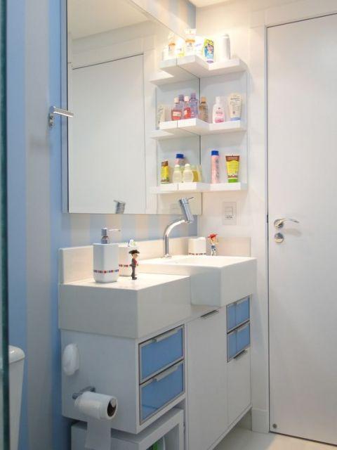 banheiro pequeno com prateleira