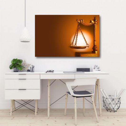 O quadro se destaca em meio à decor minimalista