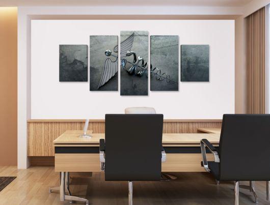 Instale os quadros atrás da mesa de atendimento para dar um up na decoração do seu escritório