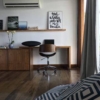 Você pode colocar os quadros em uma prateleira fixa na parede