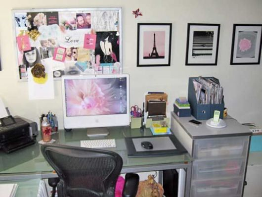 Modelo de home office com quadros para um quarto feminino