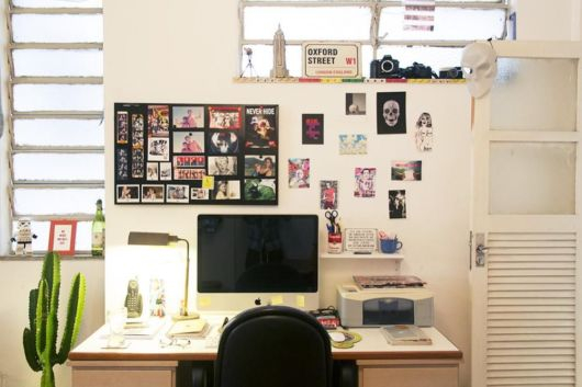 Você pode criar um quadro com posters e fotos ou colar diretamente na parede, sem moldura
