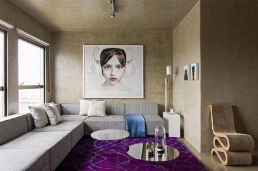 sala com tapete roxo