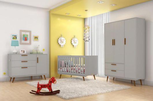 A parede amarela ilumina o cômodo e cai muito bem com o branco