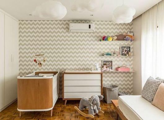 Sem dúvidas, o papel de parede é uma ótima opção para decorar o quarto de bebê moderno