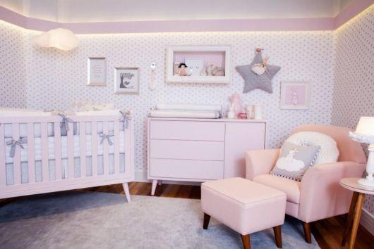 O rosa claro nos móveis dá mais personalidade ao ambiente