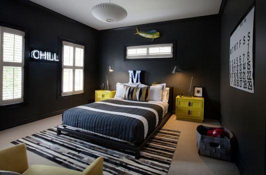 A parede preta dá um toque sofisticado ao quarto masculino