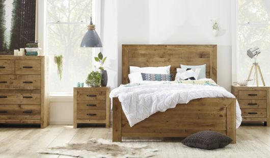 Para um quarto rústico, os móveis em madeira são boas apostas