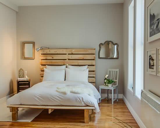 A cama de pallets é uma ótima ideia para quartos modernos em linhas rústicas
