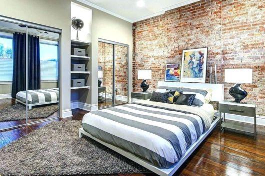 A parede rústica e o piso de madeira são boas escolhas