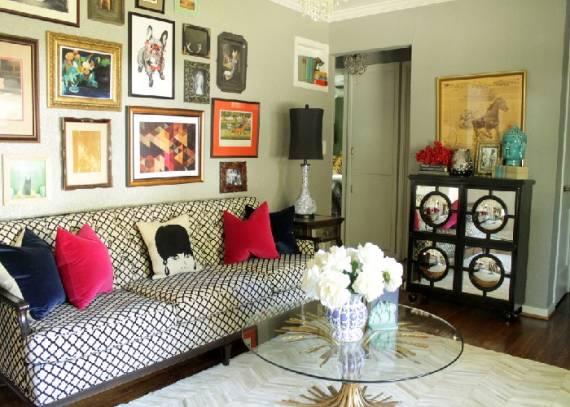 Sofá estampado, quadros, almofadas e mesa de centro vintage