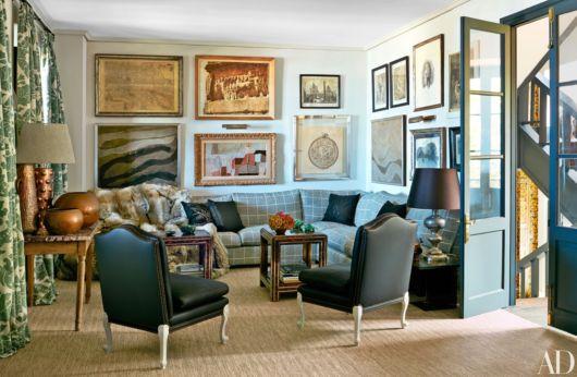 Aposte em uma variedade de quadros na parede de sua sala retrô