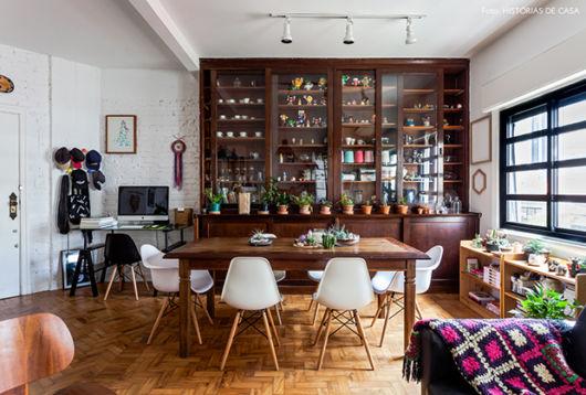 Estante, mesa e até o piso seguindo o padrão vintage em meio a elementos modernos