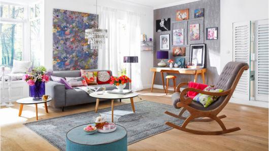 A junção de cores é sempre uma boa aposta em uma sala retrô com tendências modernas