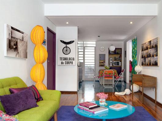 Móveis coloridos ajudam a deixar o ambiente mais vibrante