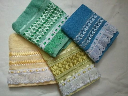 Veja toalhas coloridas decoradas com fitas