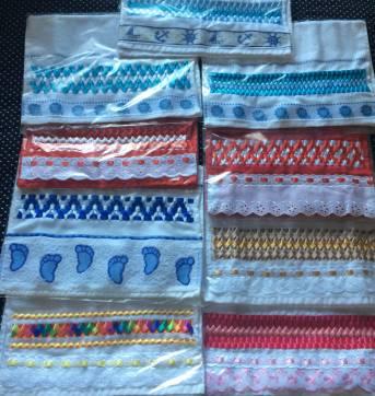 Diversas dicas de toalhas decoradas com fitas trançadas para bebês