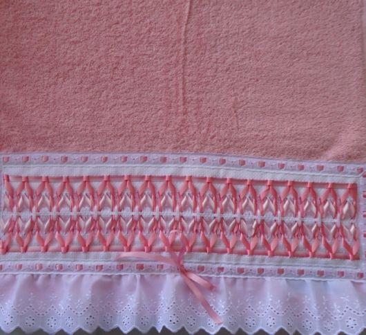 Toalha rosa com fitas bordadas