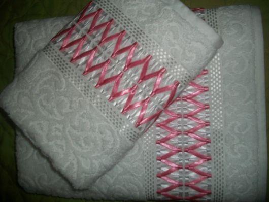 Toalhas com relevo e fitas rosas