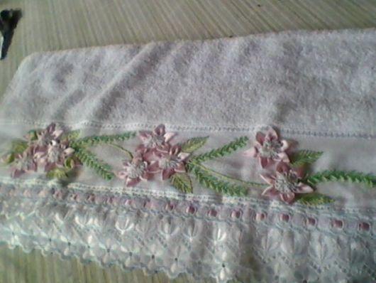 Capriche no bordado com fita na toalha