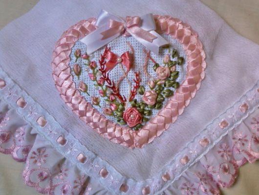 Dica de bordado com fita para toalha de bebê