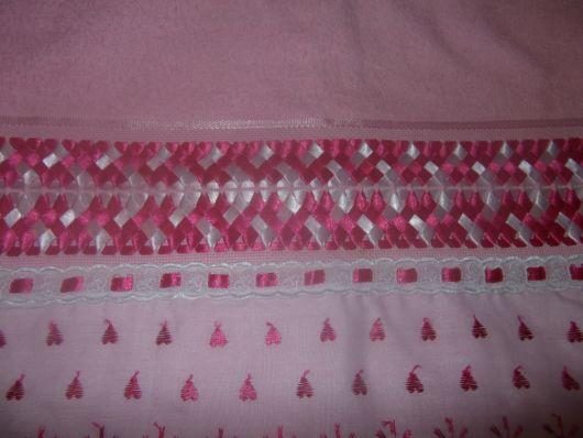 Toalha rosa com fita e bordados de corações