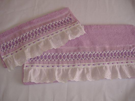 Toalha lilás bordada com fita de cetim