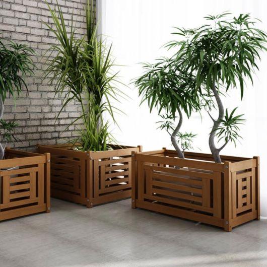 Três cachepots quadrados para plantas de grande porte