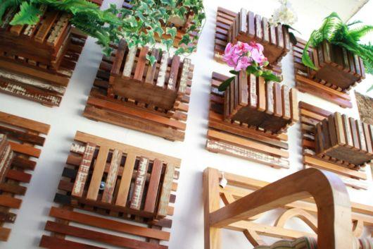 Crie um jardim vertical rústico com vários vasos