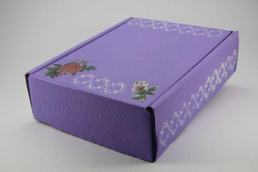 Caixa de papelão decorada com tinta