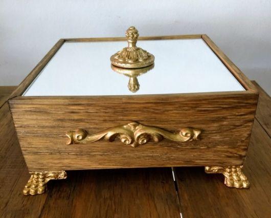 Caixa de madeira decorada com espelho