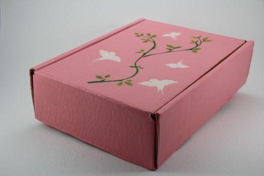 Caixa de papelão decorada com tinta rosa