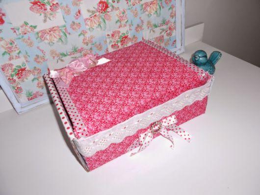 Caixa de papelão decorada com tecido estampado
