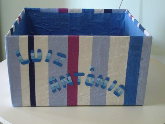 Caixa de papelão com tecido listrado com nome