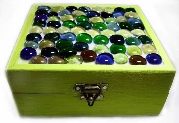 Caixa de madeira pintada de verde com tampa decorada