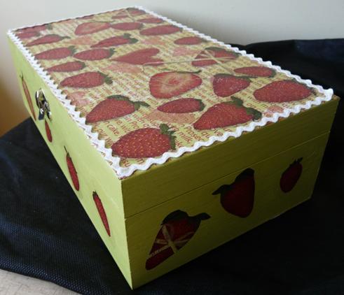 Caixa de madeira com decoupage inspirada em morangos