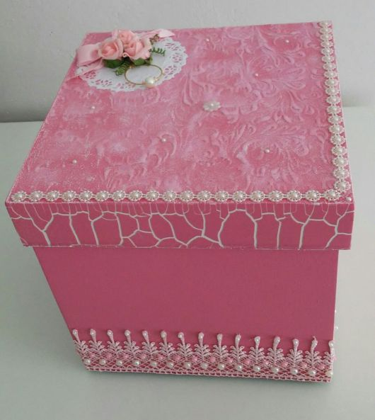 Caixa em DMF rosa com craquelado