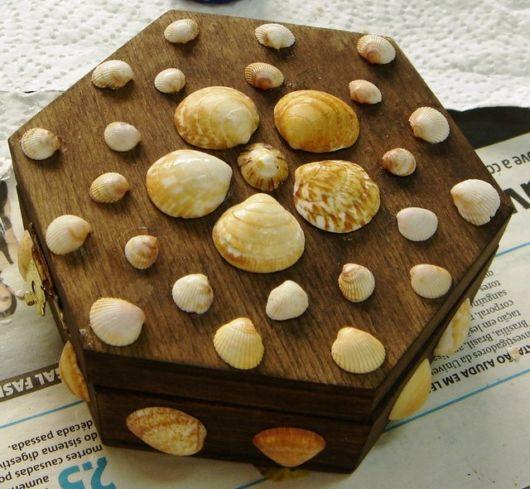 Caixa de madeira decorada com conchas