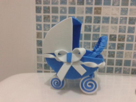 carrinho de bebê em EVA azul com trancinha