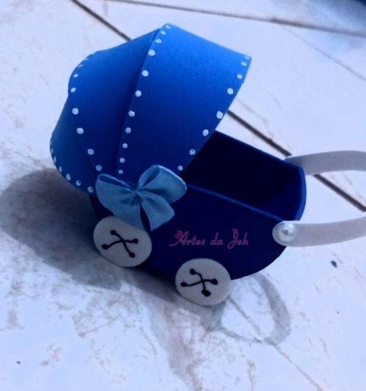 carrinho de bebê em EVA azul com branco