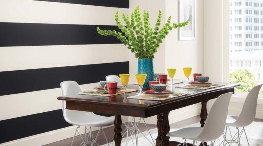 Sala de jantar com parede preta e branca