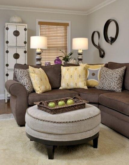 Salas com sofá marrom combinam mais com tons claros