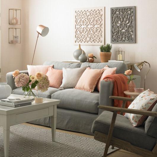 As paredes brancas dão abertura para a inclusão de muitas cores na decoração