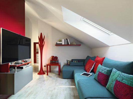 Sala pequena com paredes brancas, bem como vermelha para combinar com demais elementos