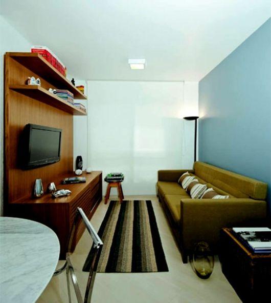 Pequena sala de TV em branco e azul