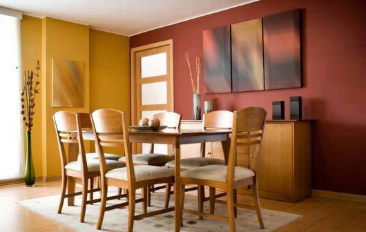 você pode usar cores quentes na sala de jantar pequena